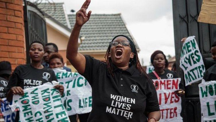 La militante ougandaise Stella Nyanzi, à Kampala, le 5 juin 2018,lors d'une manifestation contre le nombre d'enquêtes menées par la police sur des meurtres et des enlèvements de femmes. (Sumy SADURNI / AFP)