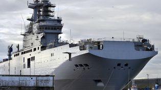 """Le """"Sebastopol"""",un des deux porte-hélicoptères Mistral destinés à la Russie, à Saint-Nazaire (Loire-Atlantique), le 26 novembre 2014. (GEORGES GOBET / AFP)"""