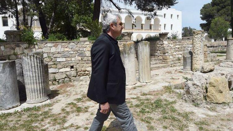 Michel Boujenah dans les ruines de Carthage en Tunisie en 2015. Un déplacement un mois après l'attaque du Pardo, en soutient à la Tunisie. (FETHI BELAID / AFP)