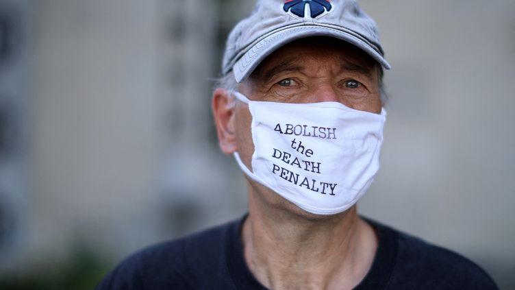 Un militant manifeste contre la peine de mort à Washington, aux Etats-Unis, le 13 juillet 2020. (CHIP SOMODEVILLA / GETTY IMAGES NORTH AMERICA / AFP)