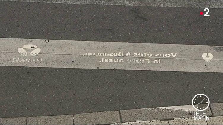 La publicité de Bouygues, en pleine voirie. (France 2)