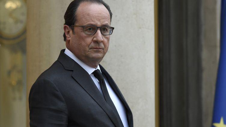 Le président François Hollande sur le perron de l'Elysée, vendredi 20 novembre 2015, alors qu'il attend le roi du Maroc Mohammed VI. (LIONEL BONAVENTURE / AFP)