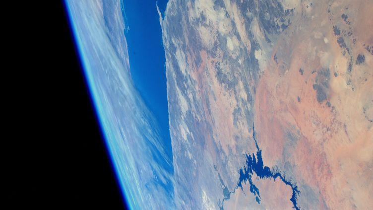 La fine couche luisante de l'atmosphère épouse la courbe de la Terre et contraste avec l'obscurité de l'espace. Ici pendant un survol de la mer Rouge et du Nil vers Assouan. (ESA / NASA)