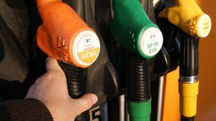 Une pompe à carburants. (STÉPHANIE BERLU / FRANCE-INFO / RADIO FRANCE)