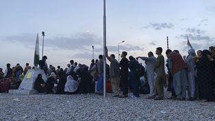Des Afghans attendent à l'aéroport de Kaboul de pouvoir quitter leur pays, le 19 août 2021. Photo d'illustration. (SHAKIB RAHMANI / AFP)