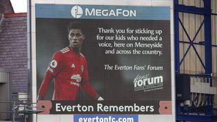 Un message de remerciement est affiché sur un écran géant à Liverpool, le 7 novembre 2020,à l'attention du joueur de footballMarcus Rashford, qui a réussi à mobiliser toute l'Angleterre pour distribuer desrepas gratuitsaux enfants pauvres. (CLIVE BRUNSKILL / MAXPPP)