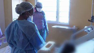 La Guyane est confrontée vendredi 24 septembre au pic de la vague de l'épidémie de coronavirus. France 3 fait le point. (FRANCE 3)