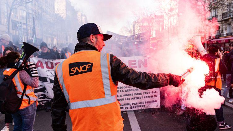 Des cheminots de la SNCF lors de la sixième journée de manifestation dans le cadre de la réforme des retraites, à Paris, le 16 janvier 2020. (SAMUEL BOIVIN / NURPHOTO / AFP)
