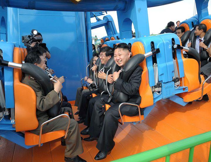 Kim Jong-un, le dirigeant nord-coréen, visite un parc d'attraction, à Pyongyang (Corée du Nord), le 26 juillet 2012. (KNS / KCNA / AFP)