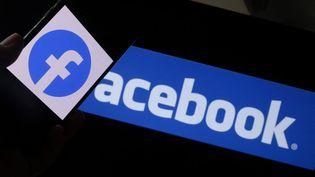 Le logo Facebook, pris à Los Angeles (Etats-Unis), le 12 août 2021. (CHRIS DELMAS / AFP)
