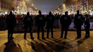 Des policiers mobilisés pour le réveillon du Nouvel An, le 1er janvier 2017, à Paris. (GEOFFROY VAN DER HASSELT / ANADOLU AGENCY / AFP)