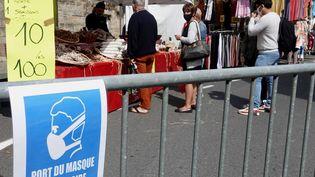 L'obligation de porter un masque à l'extérieur s'étend à 69 communes de la Mayenne. Photo d'illustration. (VINCENT MOUCHEL / MAXPPP)