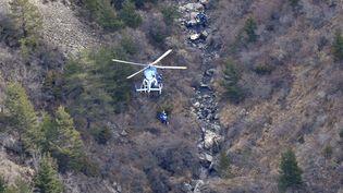 Des gendarmes sont déposés par hélicoptère sur la zone du crash de l'Airbus de Germanwings, le 25 mars 2015. (FRANCIS PELLIER / GENDARMERIE / AFP)