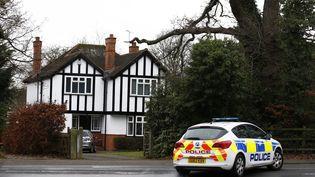 Un voiture de police britannique passe devant le domicile deChristopher Steele, à Runfold (Royaume-Uni) le 12 janvier 2017. (PETER NICHOLLS / REUTERS)