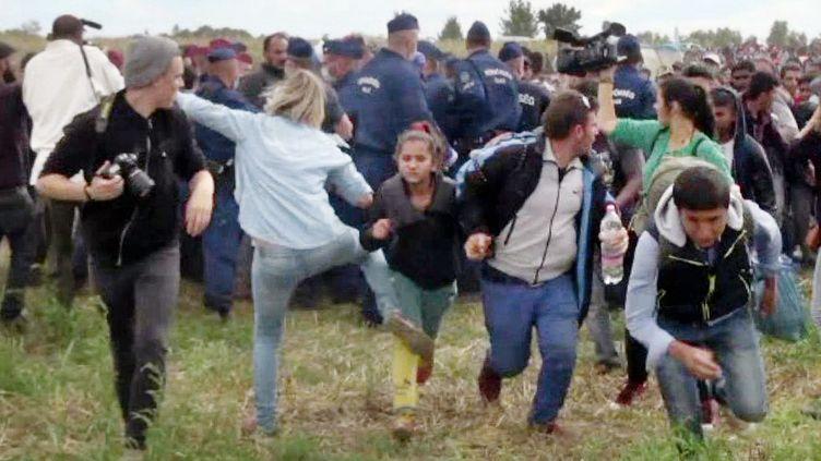 Petra Laszlo, une journaliste hongroise,est filmée, le 8 septembre 2015, frappant des migrants à Röszke (Hongrie), un village tout proche de la Serbie. (INDEX.HU / AFP)