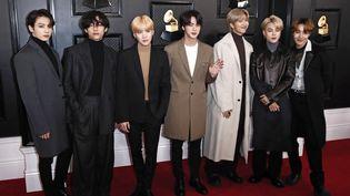 Les membres du groupe de K-pop (musique pop sud-coréenne) BTS lors de la 62e cérémonie annuelle des Grammy Award à Los Angeles le 26 janvier 2020. (ETIENNE LAURENT / EPA)