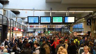 Des usagers de la SNCF à la gare Montparnasse, le samedi 19 octobre, après le déclenchement d'un mouvement social inopiné des cheminots. (JACQUES WITT / SIPA)