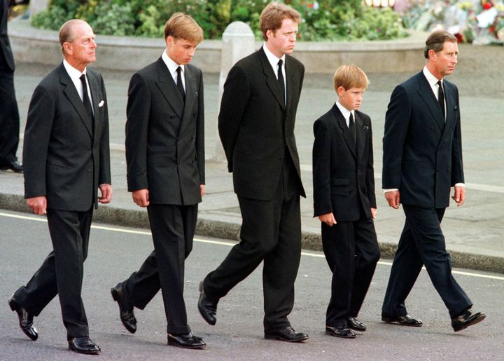 Le prince Philipe marchant derrière le cercueil de la princesse Diana le 6 septembre 1997 lors des funérailles, à Londres. (JEFF J MITCHELL / AFP)
