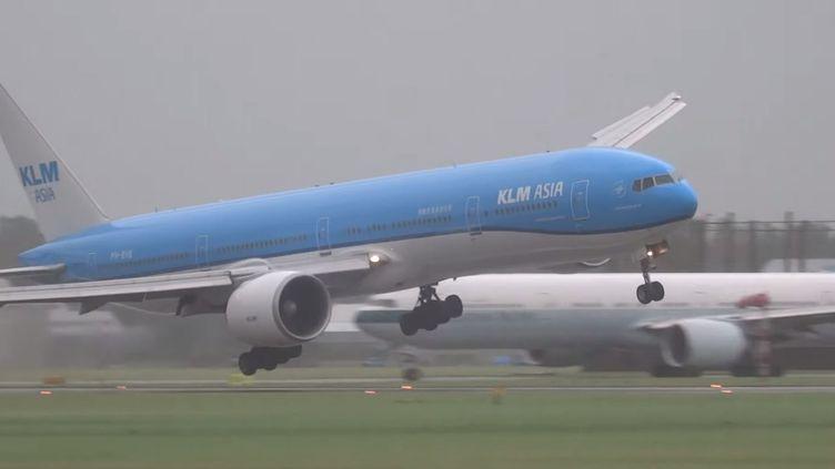 Un avion de la compagnieKLM lors de son atterrissage mouvementé à l'aéroport d'Amsterdam-Schiphol, le 25 juillet 2015. (17SPLINTER / YOUTUBE)