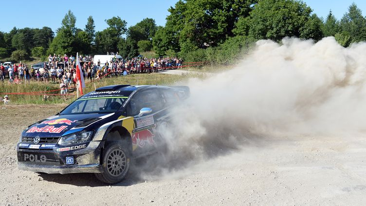 La Polo-R de Sébastien Ogier, sur le rallye de Pologne. (JANEK SKARZYNSKI / AFP)
