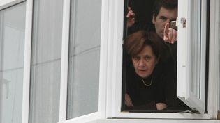 Ghislaine de Védrines épouse Marchand et son fils se barricadent, en novembre 2009, dans leur maison d'Oxford malgré l'arrestation de leur gourou, Thierry Tilly,quelques semaines auparavant. (FABIEN COTTEREAU / MAXPPP)