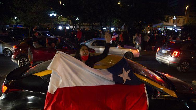 """Des partisans du """"oui"""" à une nouvelle Constitution auChili manifestent après leur victoire, le 25 octobre 2020, à Santiago. (CLAUDIO REYES / AFP)"""