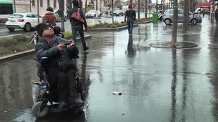 Cela fait quinze ans que la loi sur le handicap a été promulguée, mais sur le terrain très peu de changements. La rédaction du 12/13 a suivi Alain Amsellem qui se déplace en fauteuil roulant. Il a accepté de partager son quotidien et ses nombreuses difficultés pour se déplacer à Paris. (France 3)