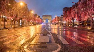 """Les Champs-Elysées et l'Arc de triomphe, au soir d'une manifestation de """"gilets jaunes"""" à Paris,le 8 décembre 2018. (NICOLAS ECONOMOU / NURPHOTO / AFP)"""