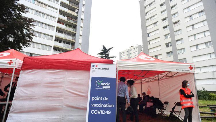 Des gens attendent de se faire vacciner contre le Covid-19 àVilletaneuse (Seine-Saint-Denis), le 27 juillet 2021. (ALAIN JOCARD / AFP)