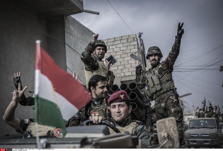 Des combattants des YPG font le V de la victoire, le 28 janvier 2015 à Kobani (Syrie). (LE JOURNAL / SIPA)