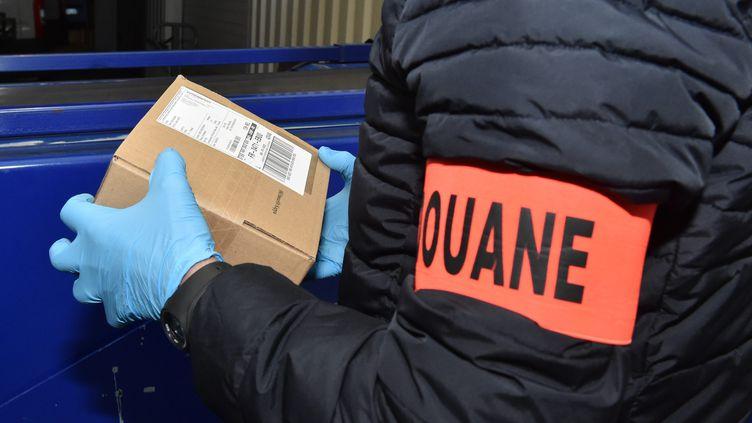 """""""Il devrait presque y avoir un douanier derrière chaque petit colis postal"""", estimeDelphine Sarfati-Sobreira, la directrice générale de l'Union des fabricants (Unifab) (photo d'illustration, 20 mars 2018). (YVES SALVAT / MAXPPP)"""