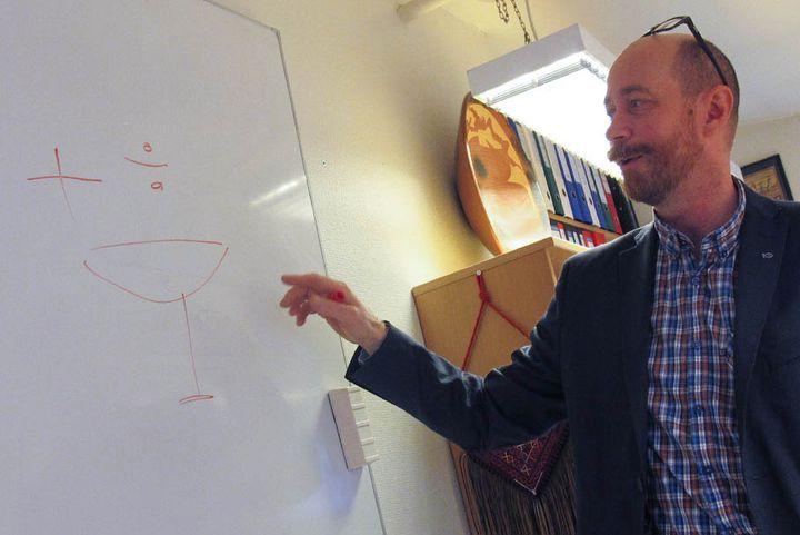 """Livar Frøyland, directeur du programme de recherche """"Produits de la mer et santé"""" au Nifes, dans son bureau à Bergen (Norvège), le 25 octobre 2013. (MARION SOLLETTY / FRANCETV INFO)"""