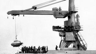 """La mise à l'eau de la soucoupe plongeante du commandant Cousteau, mobilisée lors de l'opération derecherche de """"La Minerve"""",le 31 janvier 1968. (AFP)"""