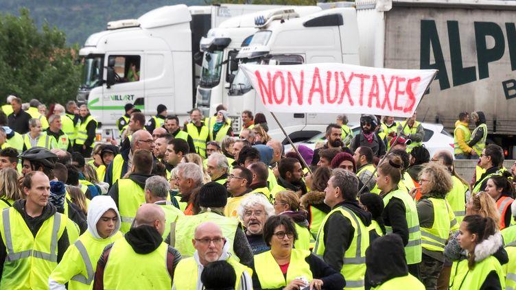 """Des """"gilets jaunes"""" le 17 novembre 2018, au Boulou (Pyrénées-Orientales), près de la frontière espagnole. (RAYMOND ROIG / AFP)"""