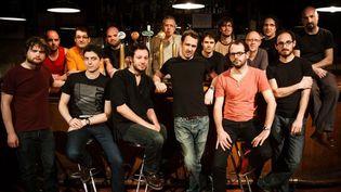 Les 15 musiciens de Ping Machine, dont Frédéric Maurin, debout au centre  (Christophe Alary)
