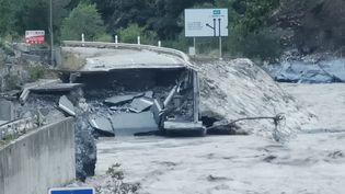 Les inondations causées par la tempête Alex ont détruit de nombreuses routes. (VALC / MAXPPP)