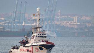 Un navire de l'ONG OpenArms navigue près des côtes de l'Andalousie (Espagne), le 28 décembre 2018. (JORGE GUERRERO / AFP)