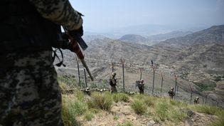 Des troupes pakistanaises patrouillent à la frontièreavec l'Afghanistan, le 3 août 2021. (AAMIR QURESHI / AFP)