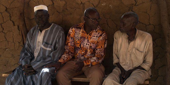 Entre une victime (à gauche) et un bourreau se tient Clément Abaïfouta, le président de l'Association des victimes du régime d'Hissen Habré. Photo du documentaire «Hissen Habré, une tragédie tchadienne» signé Mahamat-Saleh Haroun. (DR)