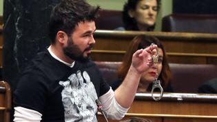 Le député indépendantiste catalan Gabriel Rufian a brandit des menottes au Congrès espagnol, le 15 novembre 2017. (MAXPPP)