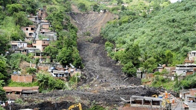 Des dizaines de maisons d'une favela ont été emportées par un glissement de terrain à Niteroi, près de Rio (08-04-10) (AFP / Antonio Scorza)