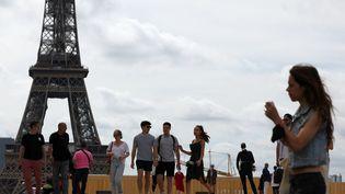 Des passants place du Trocadéro à Paris le 17 juin 2021 au premier jour de la levée de l'obligation du port du masque en extérieur en France. (THOMAS COEX / AFP)