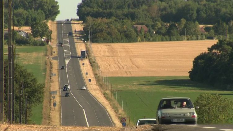 Sur la route des vacances, il y a ces automobilistes qui font le choix des chemins de traverse. Les départementales sont aujourd'hui peu empruntées par les vacanciers. Reportage sur la Nationale 10 qui relie Paris aux Pyrénées. (France 2)