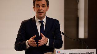 Le ministre de la Santé, Olivier Véran, lors d'une conférence de presse sur l'épidémie de Covid-19, à Paris, le 7 janvier 2021. (LUDOVIC MARIN / POOL / AFP)