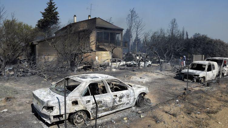 Les dégâts entre les communes d'Orgon et de Senas (Bouches-du-Rhône) après l'incendie fixé lundi 27 août 2012. (FRANCK PENNANT / AFP)