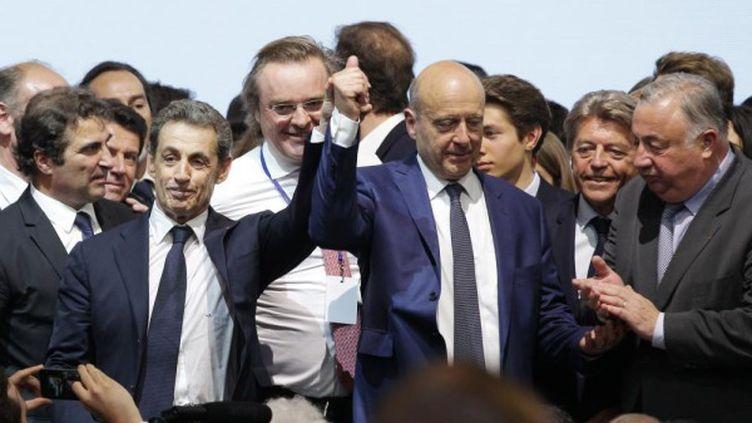 Nicolas Sarkozy et Alain Juppé sur la scène du Paris Event Center, le 30 mai 2015. (CHARLY TRIBALLEAU / AFP)
