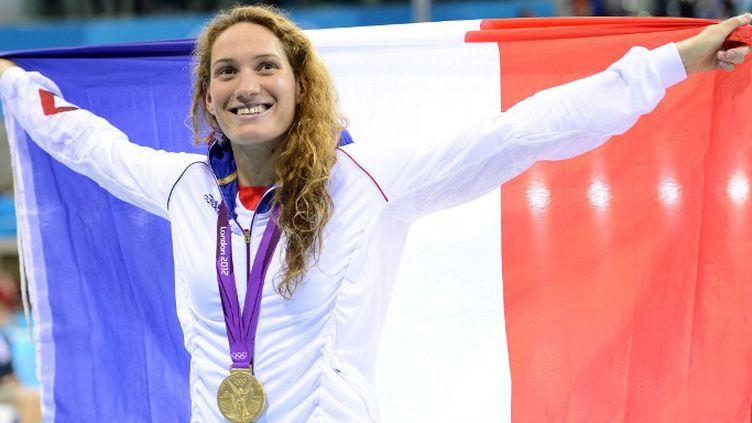 Camille Muffat tout sourire après son sacre olympique à Londres en 2012 (LEON NEAL / AFP)