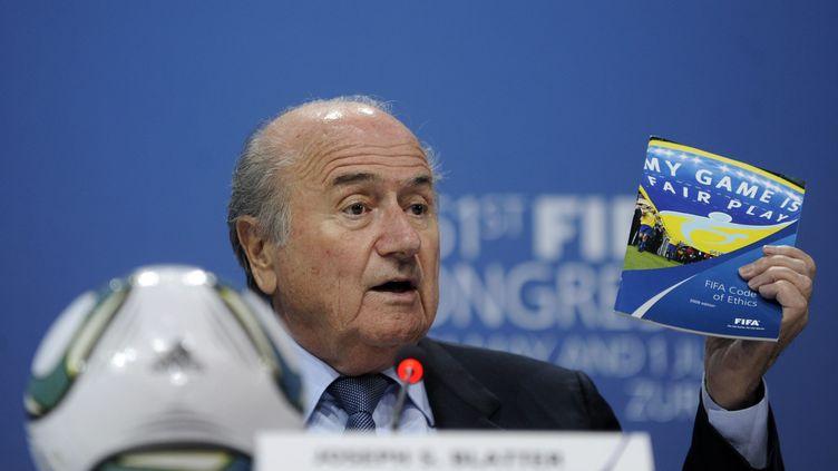 """Sepp Blatter brandit le programme """"My Game is Fair Play"""" lors du congrès de la Fifa à Zurich (Suisse), le 1er juin 2011. (YU YANG / MAXPPP)"""