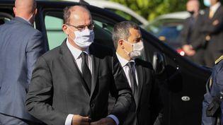 Le Premier ministre Jean Castex (gauche) et le ministre de l'Intérieur Gérald Darmanin arrivent à la préfecture des Alpes-Maritimes, à Nice, le 3 octobre 2020. (VALERY HACHE / AFP)