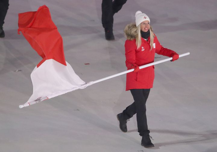 Elise Pellegrin porte le drapeau de Malte lors de la cérémonie d'ouverture des JO de Pyeongchang le 9 février 2018. (REUTERS)